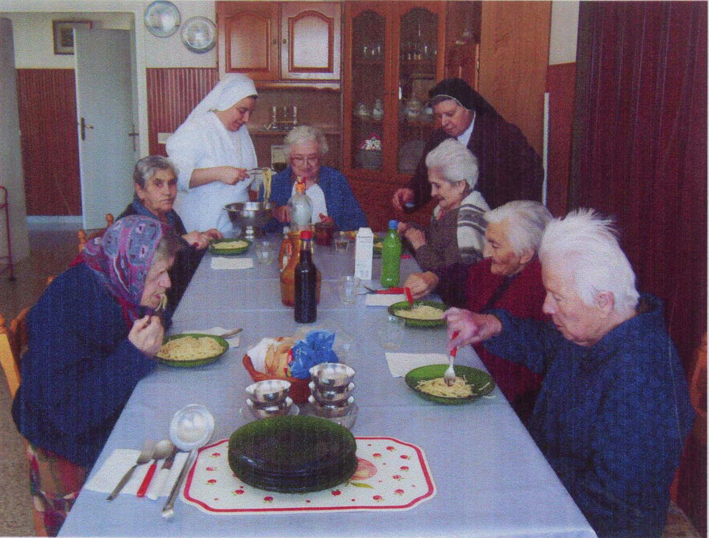 Assistenza alle anziane
